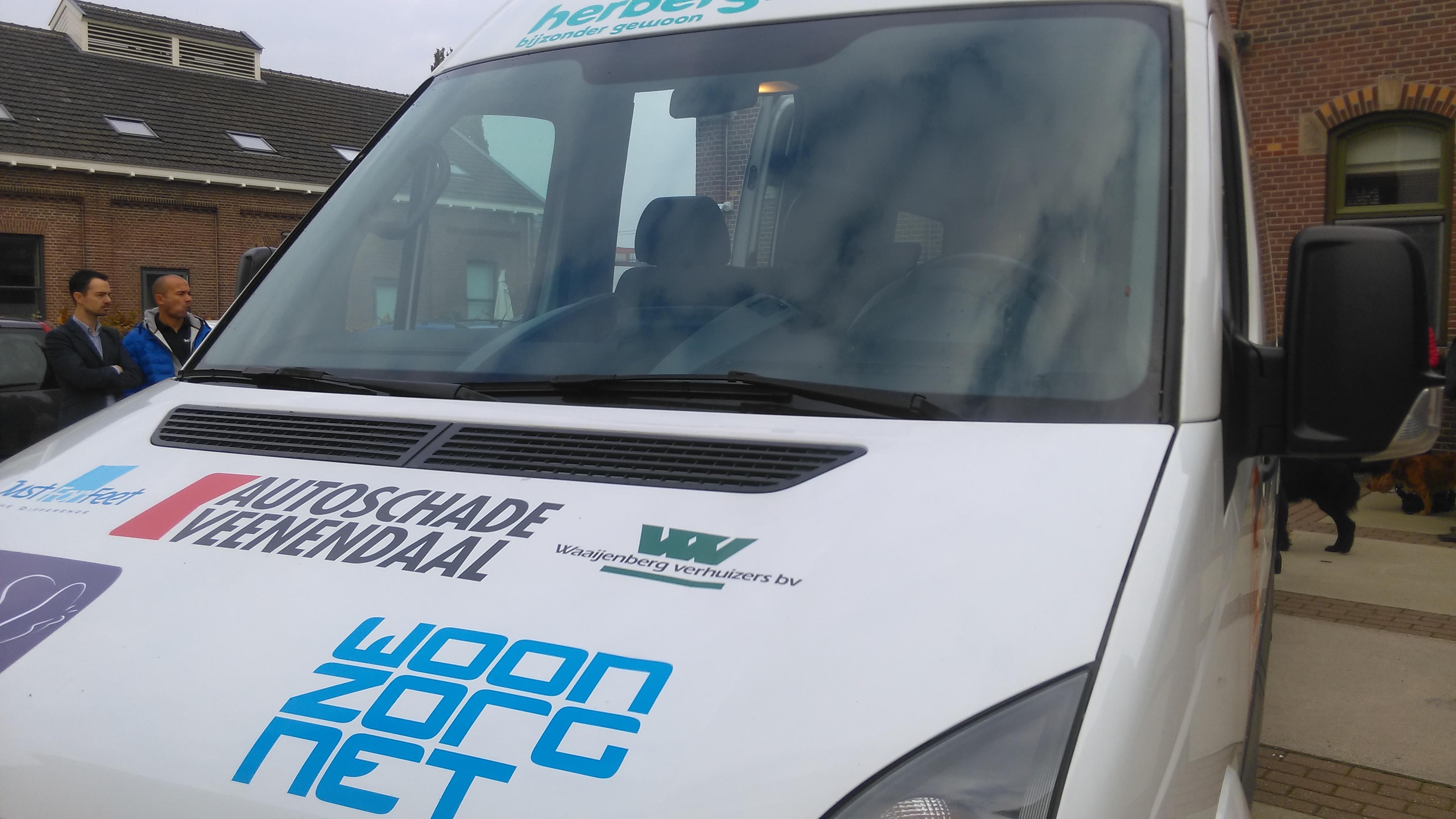 Mondial Waaijenberg Verhuizers sponsor van Zorgbus De Herbergier