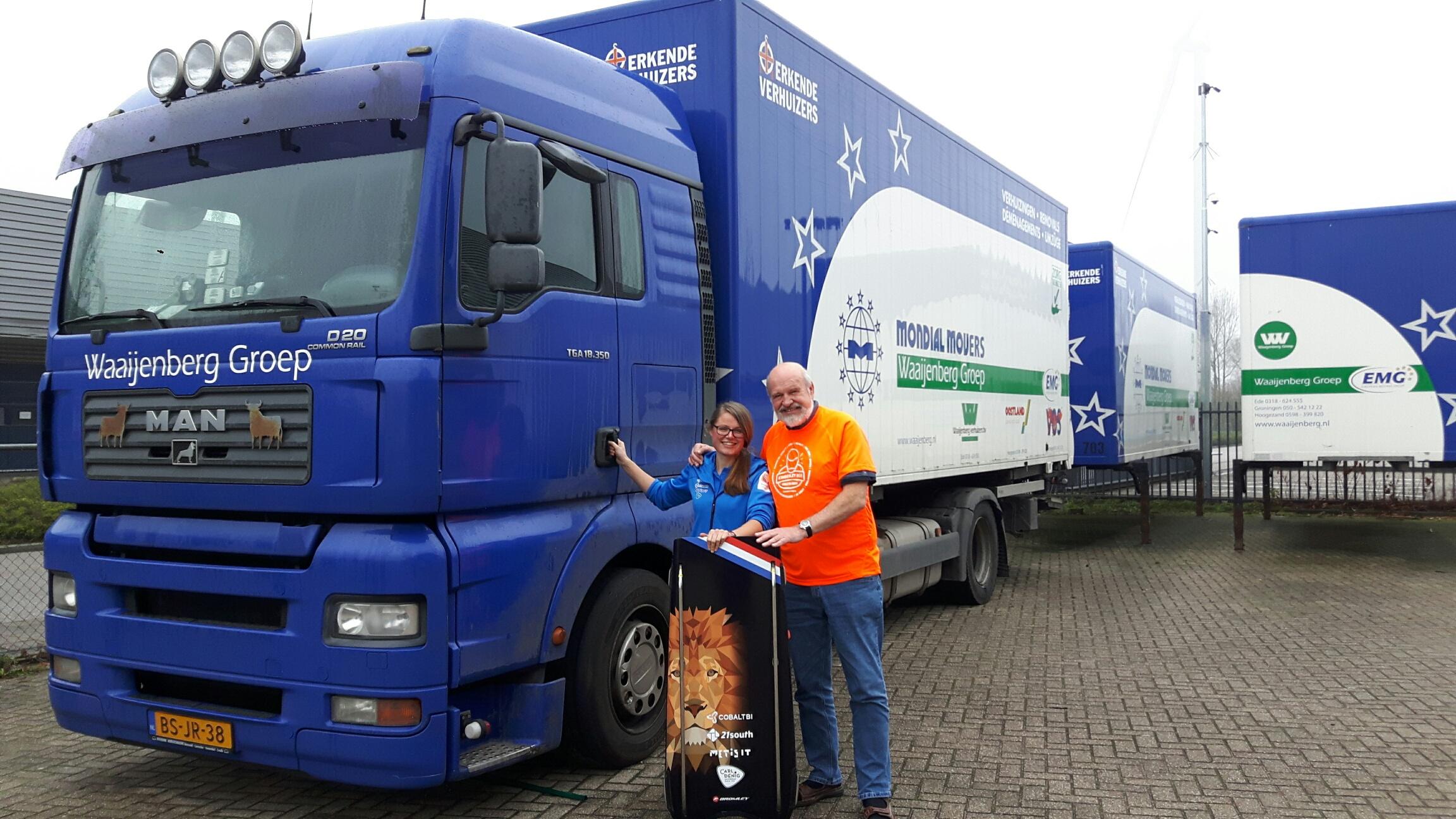 Skeleton atlete Kimberley Bos overhandigt nieuw fan t-shirt aan Jan van Santen, directeur Mondial Waaijenberg Verhuizers